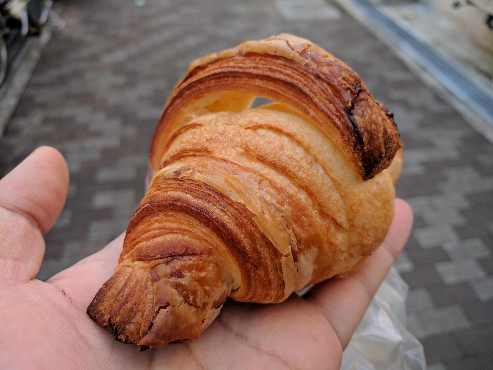 Delicioso Croissant sencillo listo para degustar.