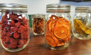 Frutas deshidratadas en tarros.