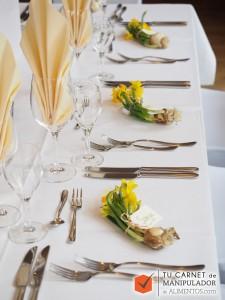 Correcto montaje de una mesa en un restaurante, según dicta el protocolo hostelero