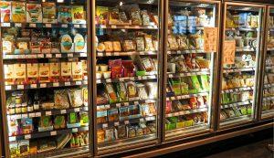 Neveras en un supermercado con alimentos.